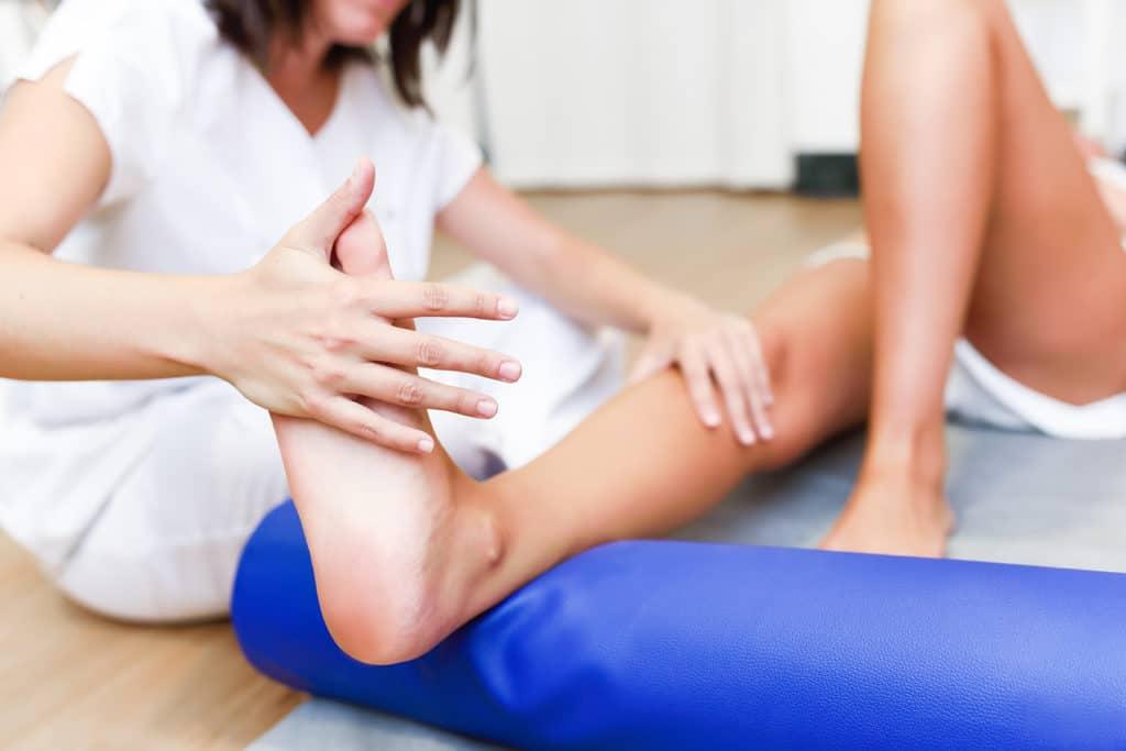 Fisioterapeuta cuidando do paciente